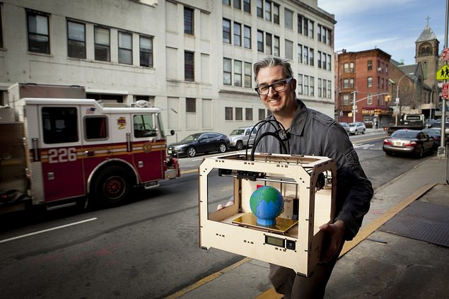 Bre Prettis CEO MakerBot cu o imprimanta MakerBot replicator